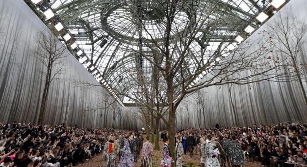 Pokaz Chanel w zaaranżowanym lesie