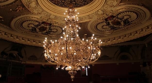 Opuszczanie żyrandola w Teatrze Słowackiego