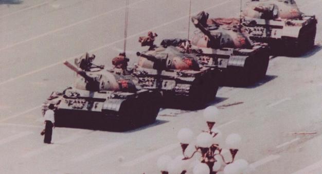 Zmarł Charlie Cole - autor słynnego zdjęcia mężczyzny przed czołgami na Tiananmen
