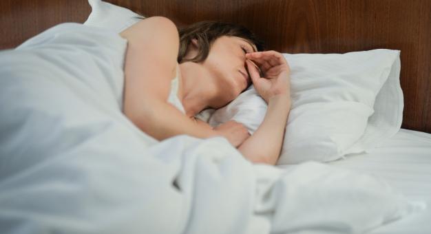 Połowa Polaków śpi źle. Co może im pomóc?