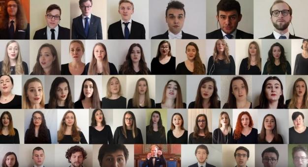 Chór Akademicki Uniwersytetu Jagiellońskiego śpiewa z okazji urodzin Alma Mater