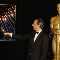 Alexandre Desplat za kulisami. Na monitorze: Guilermo del Toro - najlepszy reżyser /PAUL BUCK /PAP/EPA