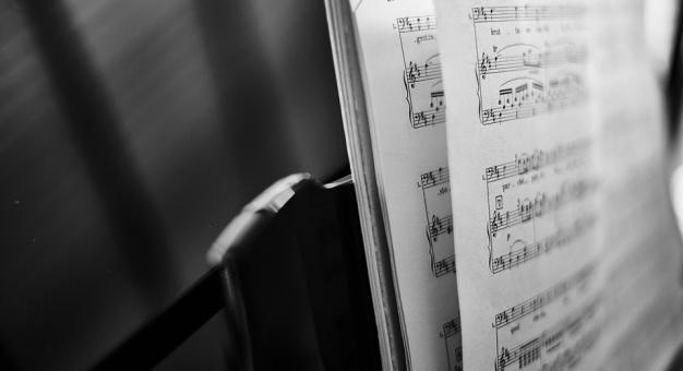 Chórzyści ćwiczą online, przygotowując się do wirtualnego koncertu