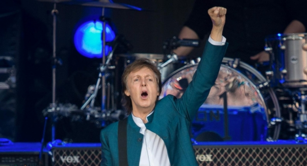 Paul McCartney z selerem na płycie Beach Boys