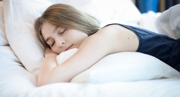 Uczeni twierdzą, że słuchanie muzyki przed snem utrudnia zasypianie